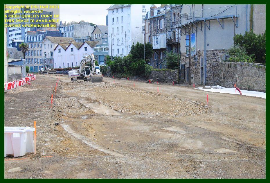 digger moving rocks rue du boscq Granville Manche France photo Eric Hall September 2021